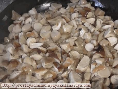 нарезать и пожарить лесные грибы с репчатым луком