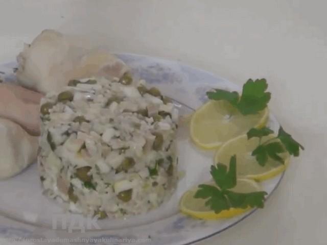 Salat iz kalmarov s lukom i zelenym goroshkom