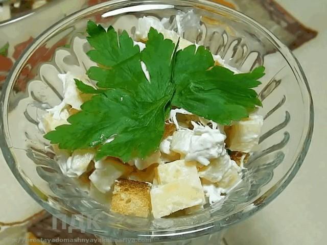 Salat iz kuricy s ovoshhami i rzhanymi sukharikami