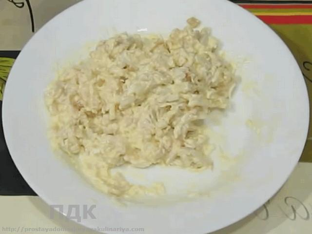 Salat iz kalmarov s krevetkami i yajtsom