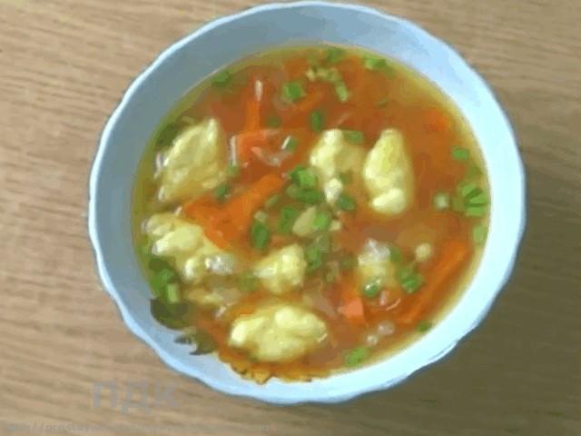Grechnevyj sup iz kuricy i gribov s kartofelnymi kletskami