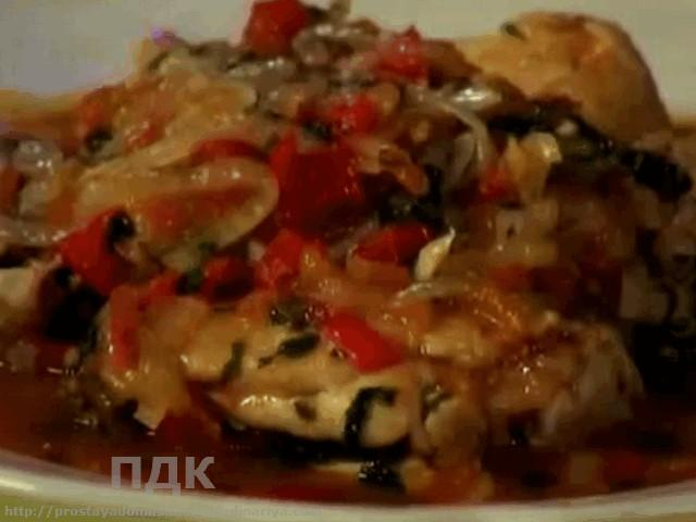 Vkusnye kurinye bedryshki s pomidorami v chesnochnom-lukovom souse
