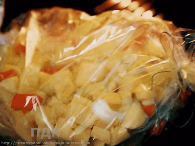 «ZHarenyj» kartofel s lukom i morkovyu v rukave