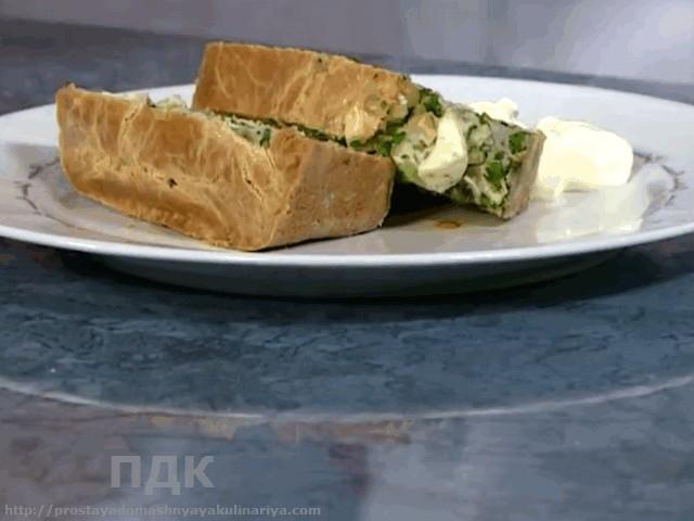 Nalivnoj pirog s zelenym lukom, syrom i yajtsom