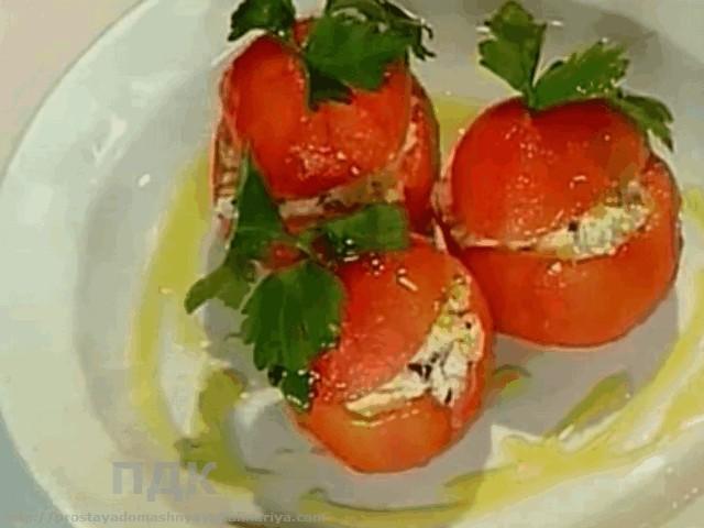Pomidory farshirovannye tuntsom i tvorogom