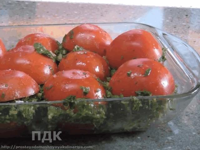 Pomidory s chesnokom i zelenyu po-provansalski