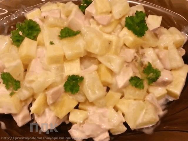 salat-iz-kopchenoy-kuricy-s-ananasami